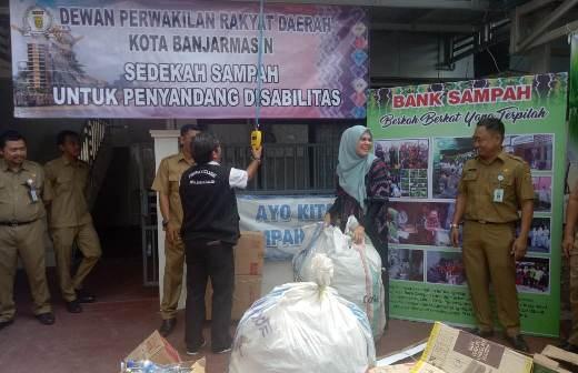 DPRD Banjarmasin Sedekah Sampah untuk Disabilitas