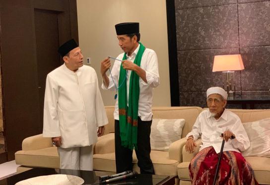 Habib Luthfi Hadiahi Tasbih ke Jokowi, Mbah Moen Kasih Sorban Hijau