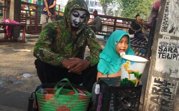 Ngamen Ala Yuli dan Anaknya ini Menarik Simpatik Warga