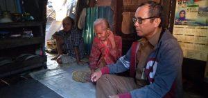 Lurah AKT Anjurkan Swadaya Masyarakat, Rehab Rumah Sabariah
