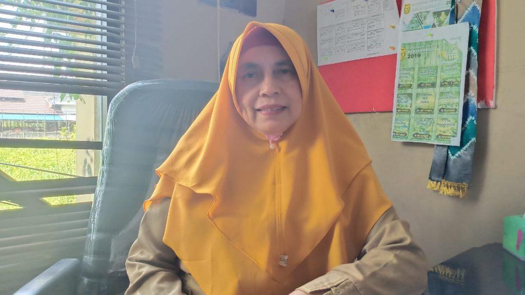 Masyarakat Muslim di Kalimantan Selatan memiliki tradisi unik setiap memasuki bulan Maulud (Rabi'ul Awwal). Para orang tua berkumpul di pelataran masjid sambil membawa bayi putra-putri mereka. Tradisi ini dikenal dengan upacara Baayun Maulid.