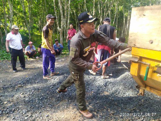 Camat Bersama Warga Kuranji Gotong Royong Bersihkan Lingkungan