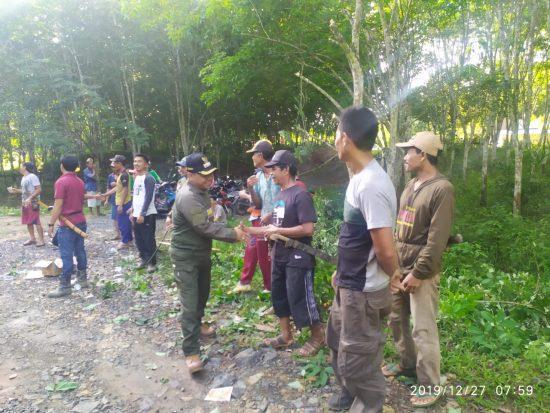 Camat Bersama Warga Kuranji Gotong Royong