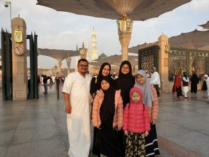 Gelar Umroh, H Yuni Sempatkan Ziarah ke Makam Ibunda