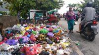 Sampah Dibiarkan Menumpuk, Pedagang dan Pembeli Pasar Sederhana Mengeluh