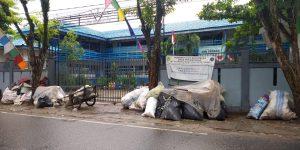 Warga Keluhkan Tumpukan Sampah di Depan Pagar Sekolah