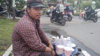 Lewat Arum Manis, Pria ini Berdagang Sembari Melestarikan Jajanan Lokal