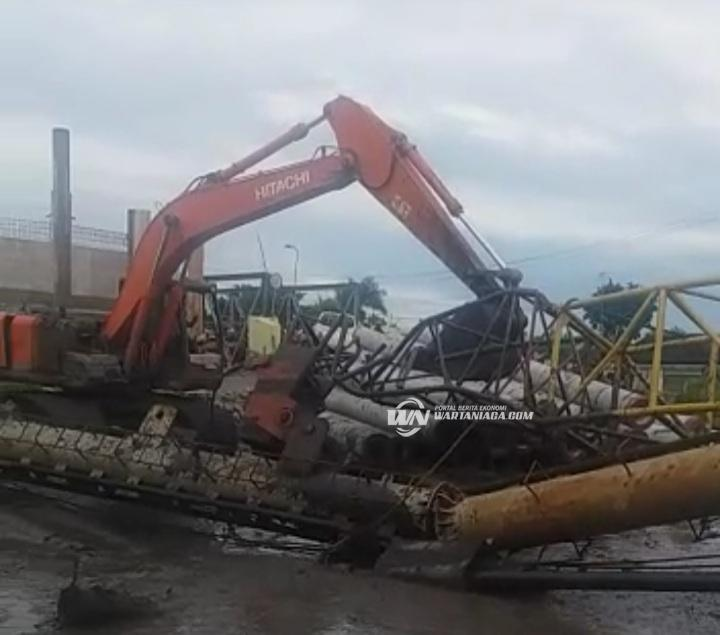 Crane Pembangunan Jembatan HKSN Roboh Timpa Alat Berat