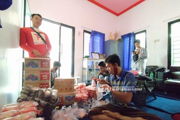 PMI Balangan Berikan Makanan Ringan untuk Korban Banjir