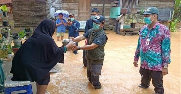 """Wabup HSS """"Kak Choe"""" Bagi 1.305 Nasi Bungkus untuk Warga Terdampak Banjir"""