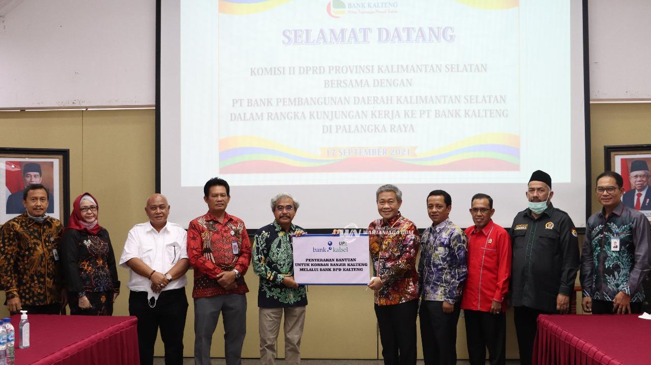 Bank Kalsel Lewat Program CSR Serahkan Bantuan Banjir Kalteng