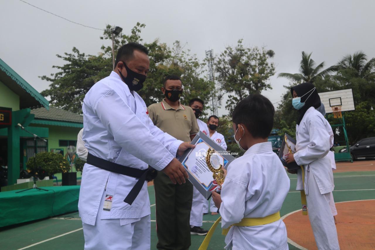 Dandim 1001/HSU Beri Penghargaan untuk Atlet Karate Dojo